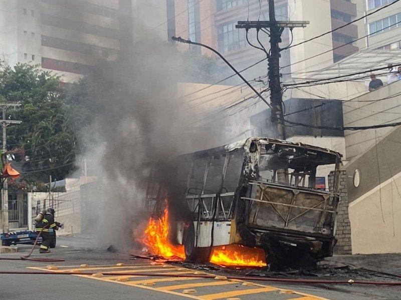 Vídeo: Ônibus pega fogo na Barra e fica completamente destruído