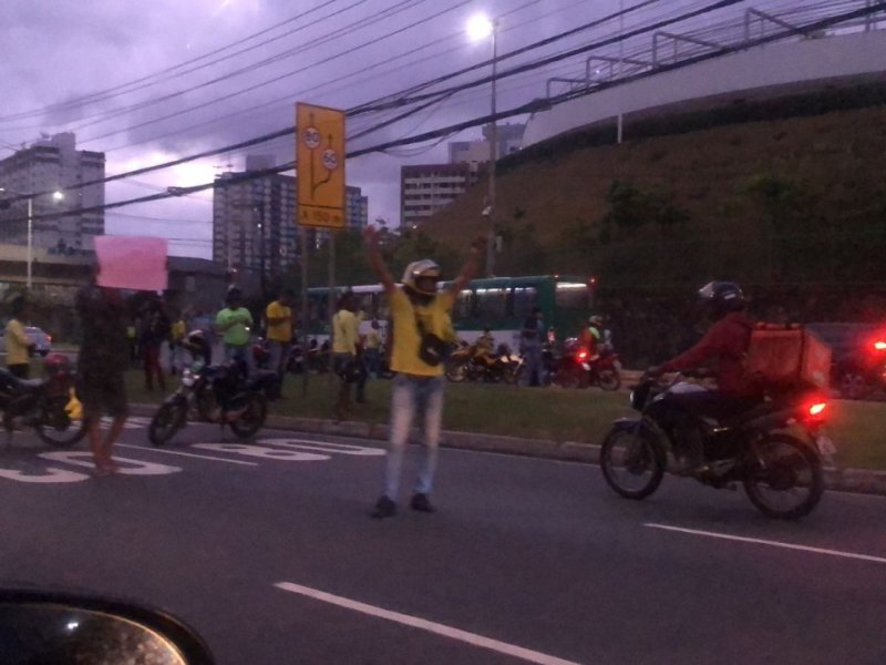 Contra aumento no preço da gasolina, protesto de mototaxistas trava Avenida Paralela