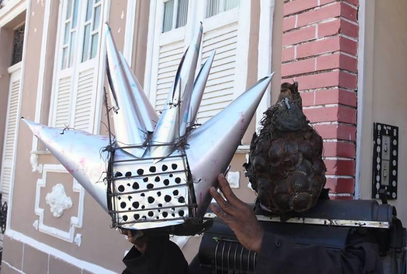 Artista exibe máscara que colocou a leilão (Foto: Tácio Moreira / Metropress)