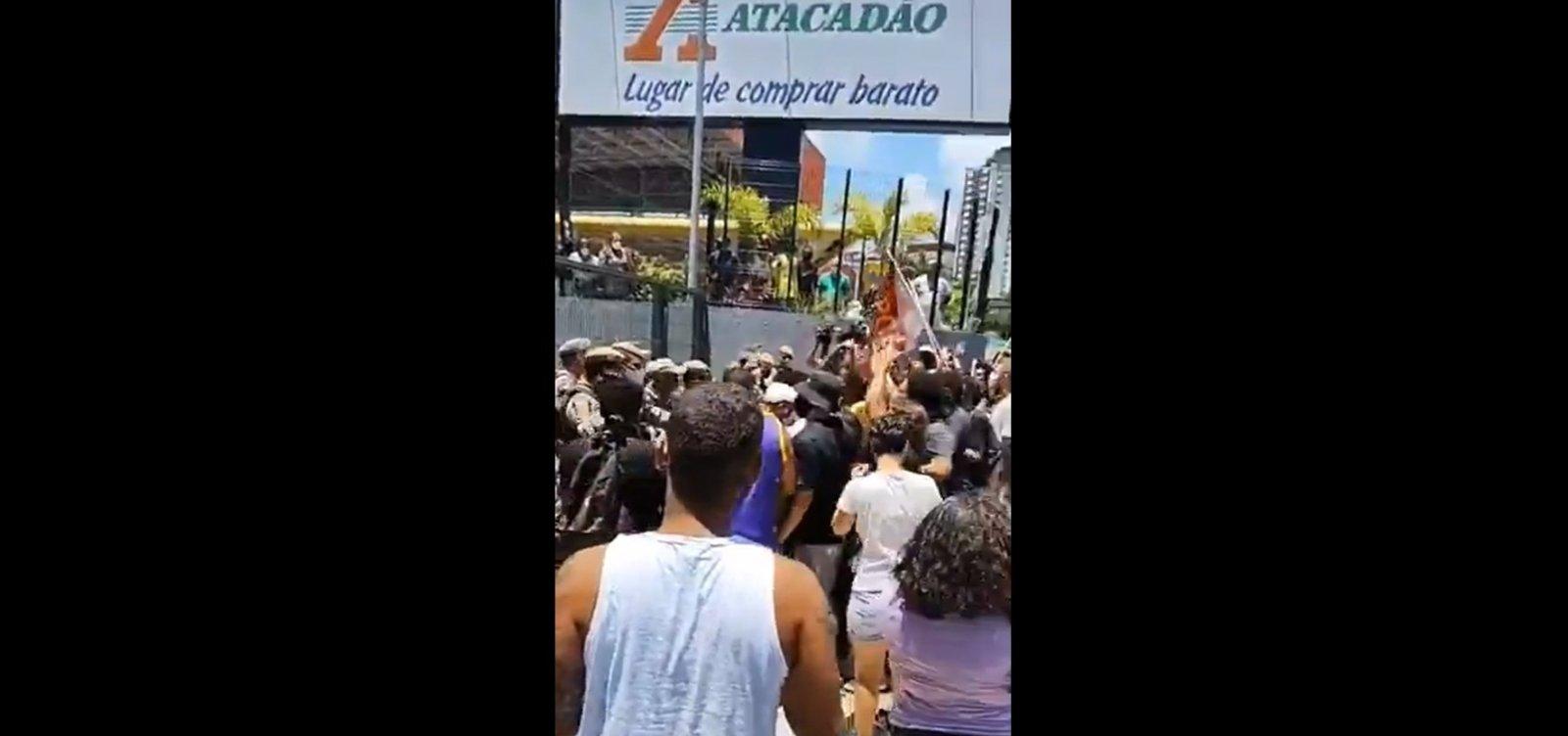 Protesto antirracista no Atacadão em Salvador causa tumulto com a PM