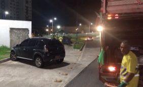 Carro estaciona em local irregular e atrapalha coleta de lixo no Imbuí