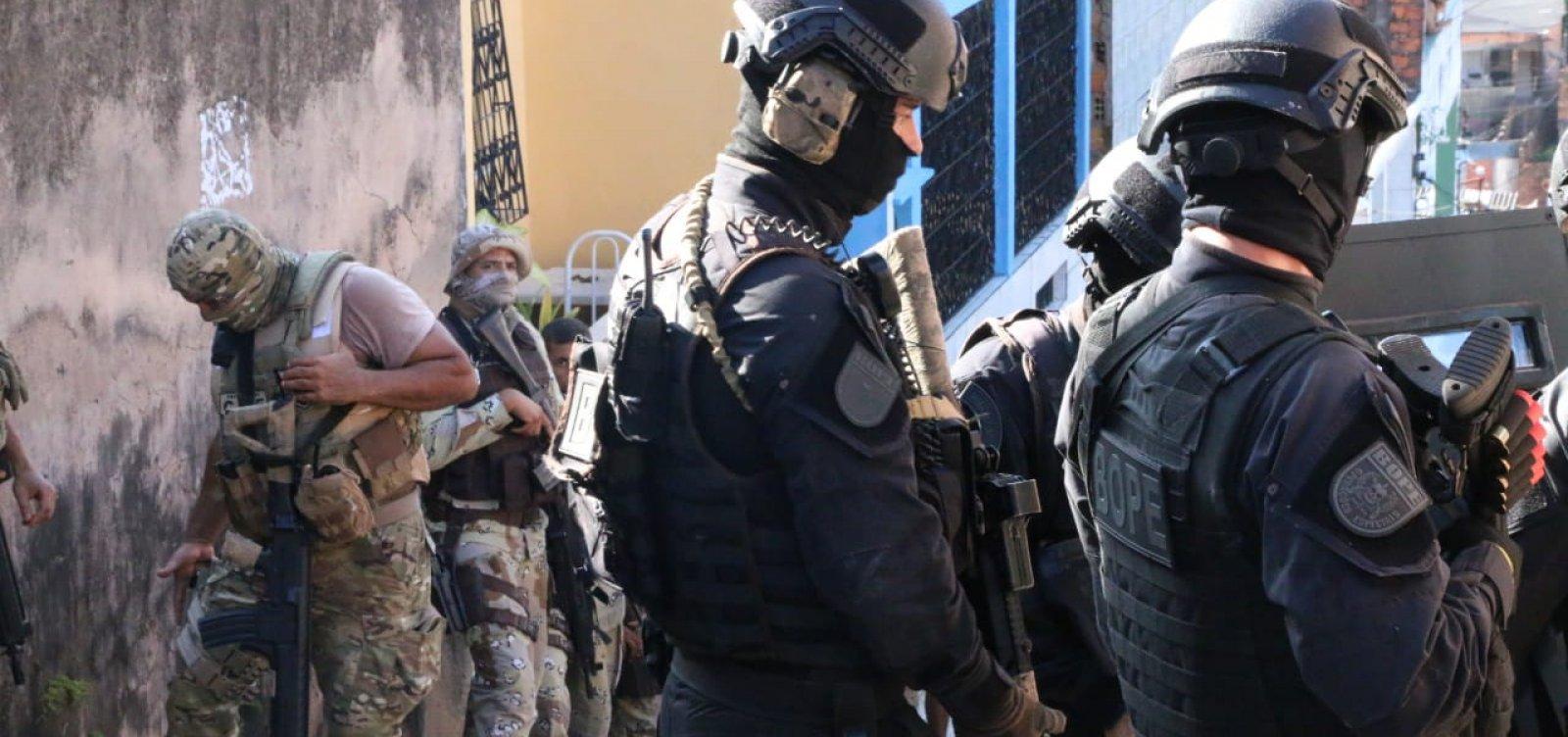 Polícias Militar e Civil prendem quatro pessoas armadas no bairro Sete de Abril, em Salvador