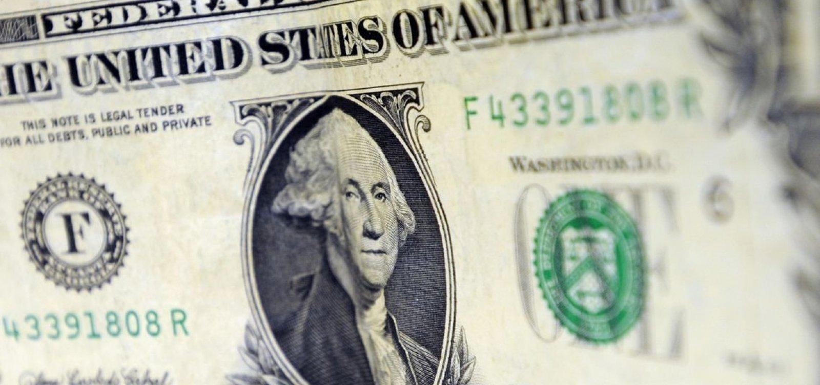 Dólar fecha em alta e atinge máxima em dois meses