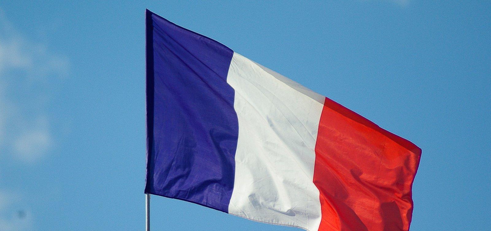 Covid-19: França antecipa toque de recolher e aperta controles de fronteira