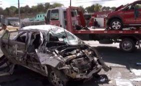 Jovem de 22 anos morre ao bater em poste, capotar e colidir com outro carro