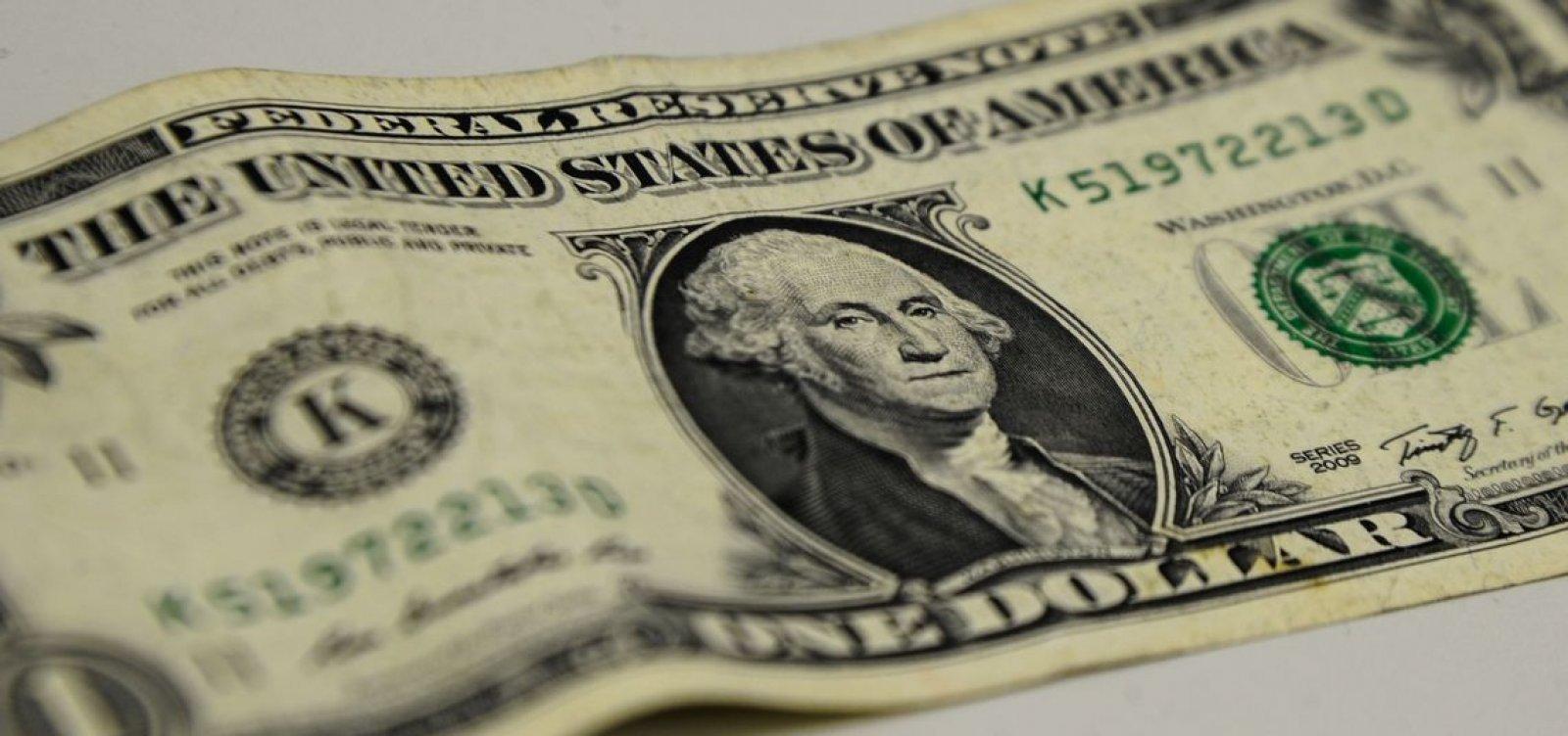 Dólar volta a subir e termina o dia cotado a R$ 5,30, com temores sobre coronavírus