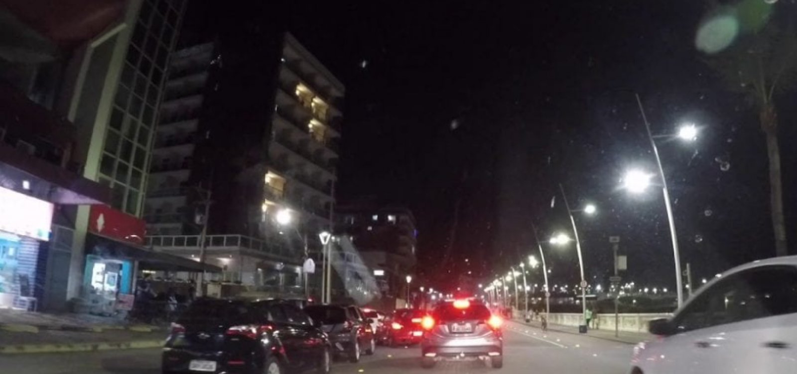 Chuva de dinheiro: notas de R$ 50 e R$ 100 são jogadas de cobertura de hotel na Barra; veja