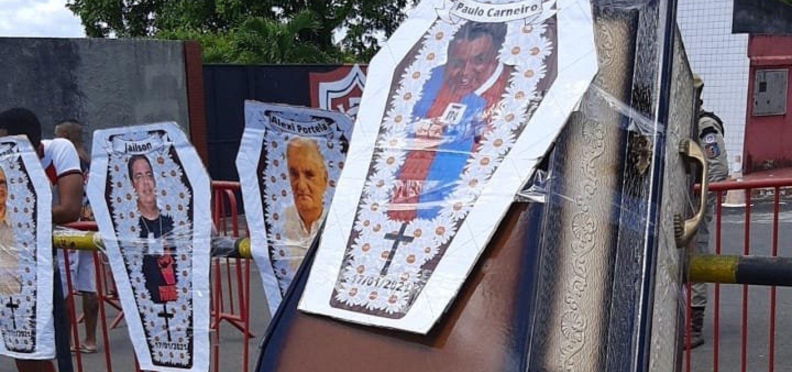 Torcida do Vitória protesta no Barradão e promove 'enterro simbólico' de Paulo Carneiro; vídeo
