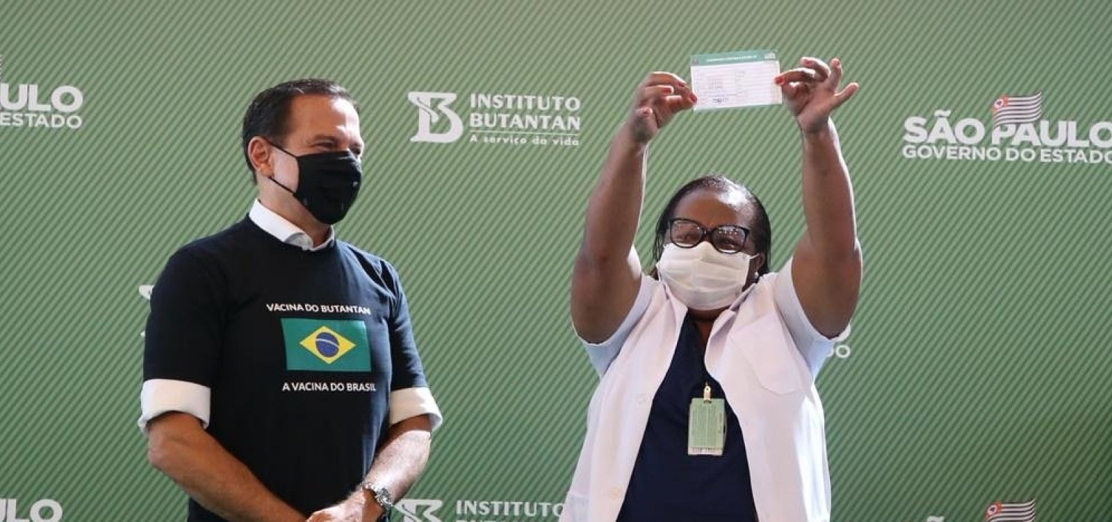 Após Anvisa aprovar uso emergencial, enfermeira é vacinada em São Paulo