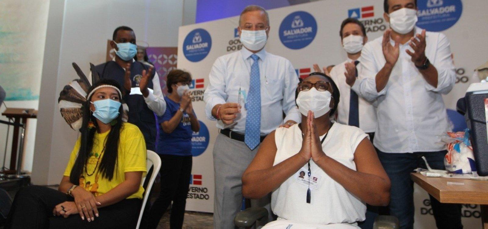 Quatro baianos recebem as primeiras doses da vacina contra a Covid-19 em Salvador