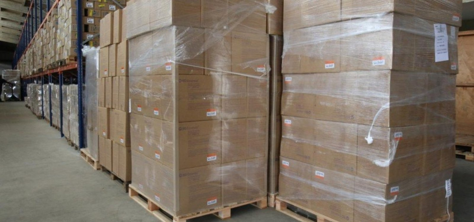 Primeiro lote de seringas compradas pelo governo da Bahia chega a Salvador
