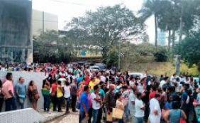 Cerca de 300 pessoas lotam sede do SineBahia na Avenida ACM