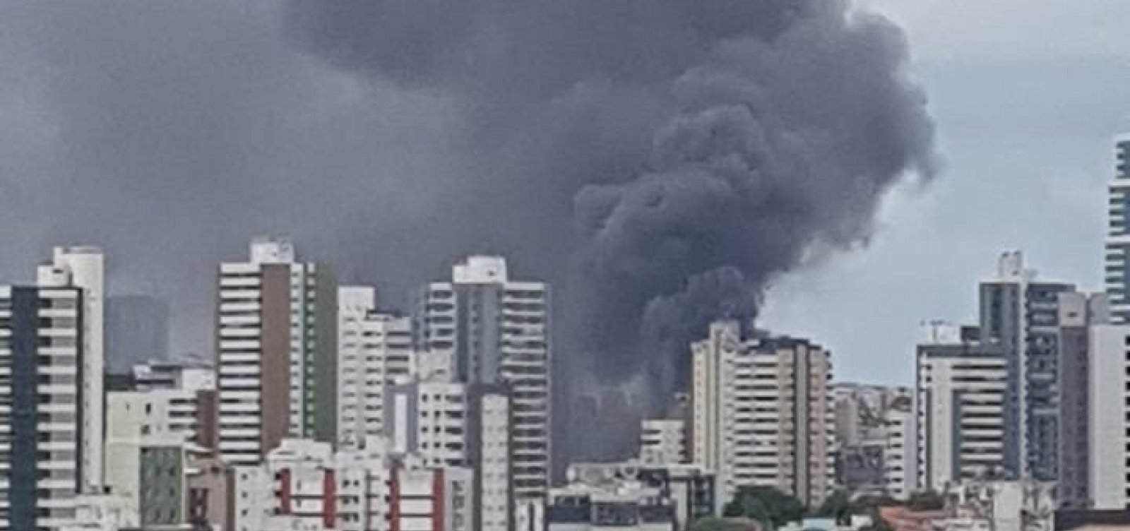 Incêndio de grandes proporções atinge garagem de ônibus em Salvador