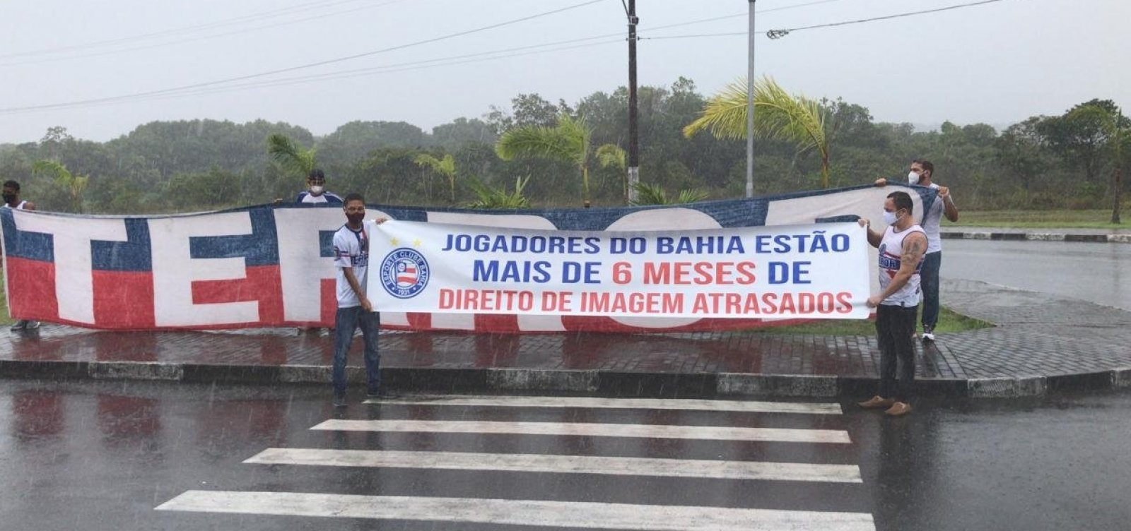 Torcedores do Bahia promovem protesto e se encontram com jogadores no CT