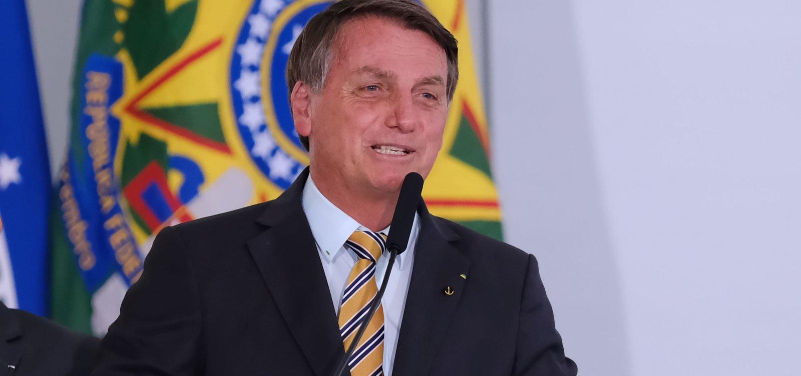 Bolsonaro afirma que 'temos que voltar a viver' e pede retorno de torcidas em estádios