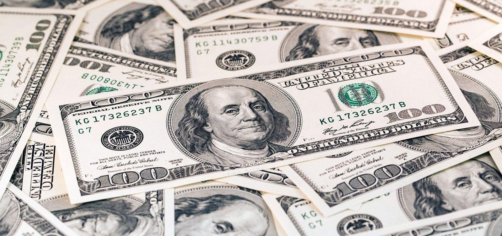 Dólar sobe nesta sexta e fecha o mẽs com alta de 5,46%