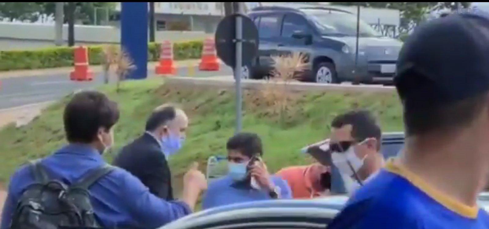 ACM Neto é hostilizado por bolsonaristas em aeroporto: 'Bandido comunista'; veja