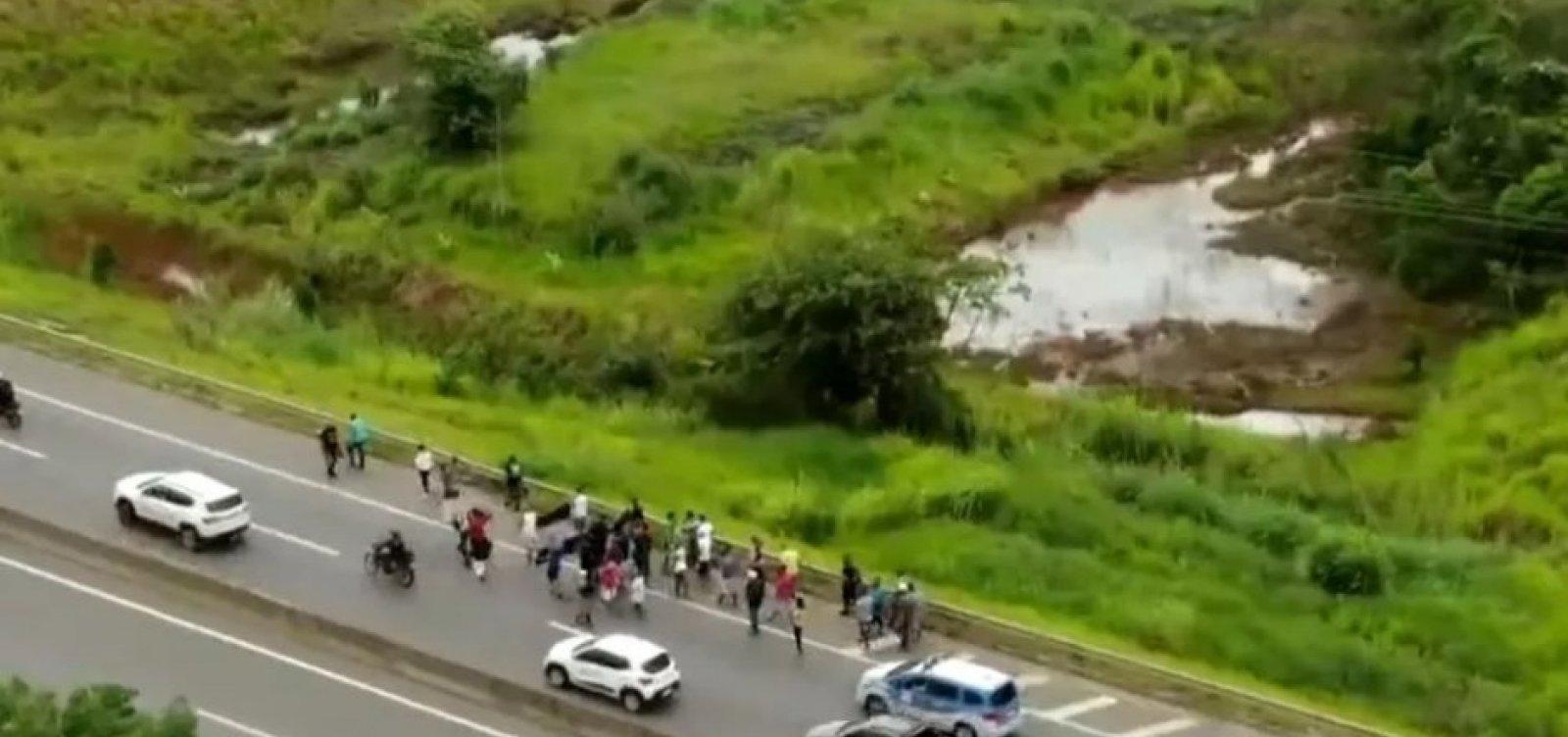 Caminhoneiros fazem ato na BA-526, em Simões Filho