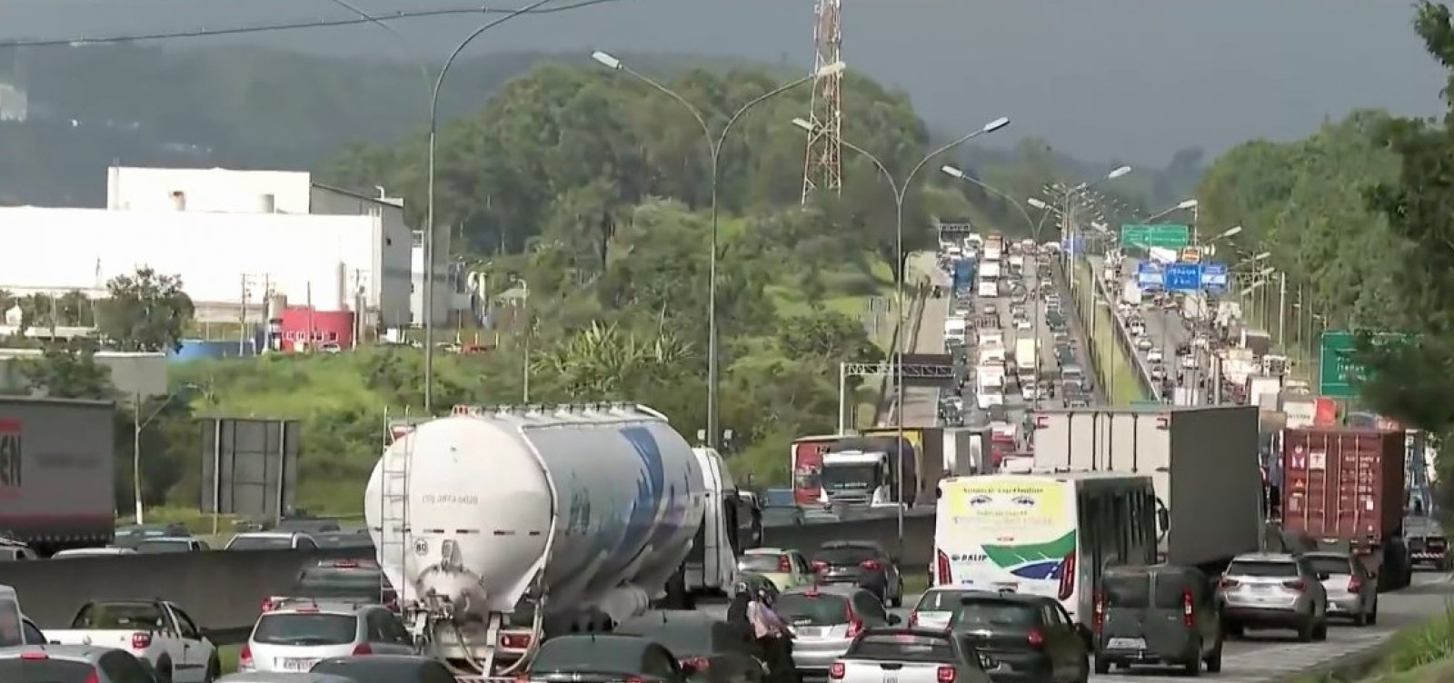 São Paulo: caminhoneiros bloqueiam rodovia Castello Branco