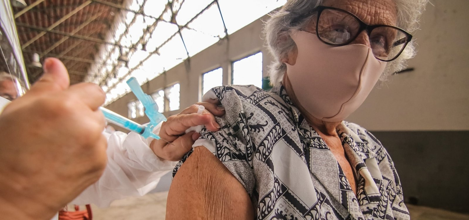 Rio de Janeiro começa vacinação de idosos contra Covid-19