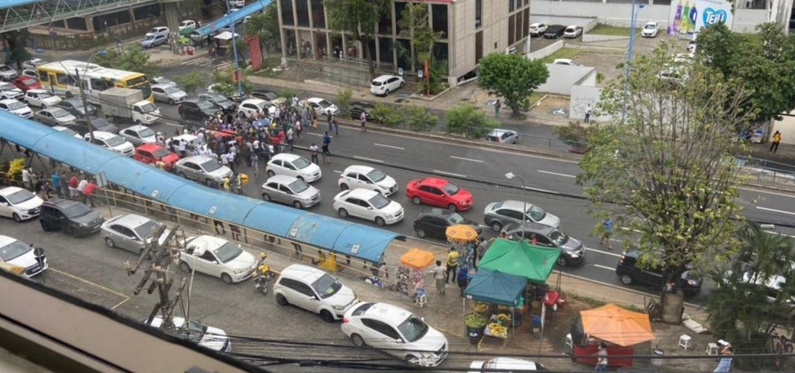 Protesto de motoristas de app trava Avenida Tancredo Neves após manifestante ser detido pela PM