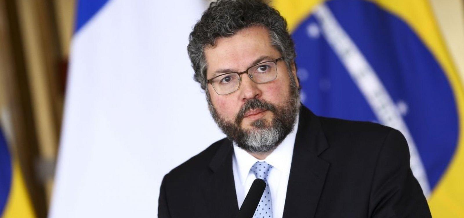 Ministro Ernesto Araújo não consegue negociar empréstimo de aviões americanos