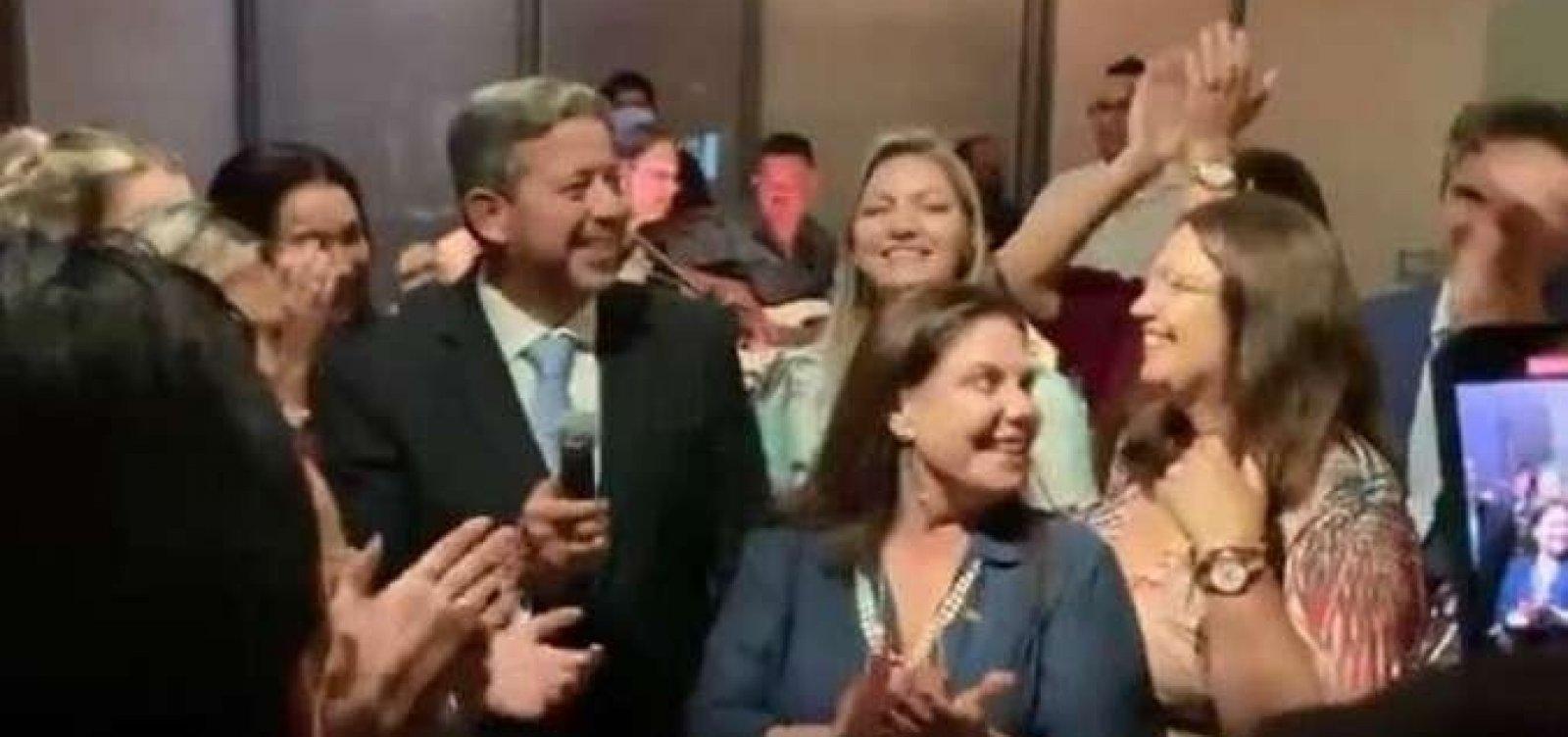 Após vitória na Câmara, Lira faz festa para 300 pessoas com aglomeração e sem máscara