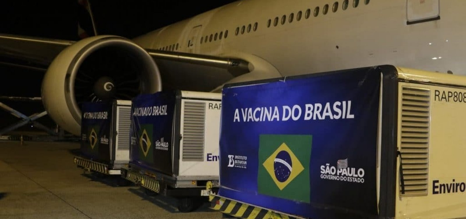 Chegam ao Brasil 5,4 mil litros de insumos para Coronavac
