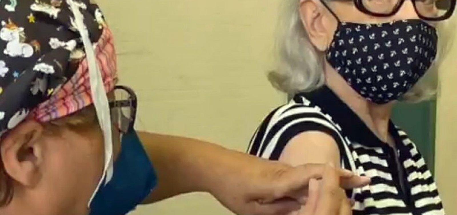 Fernanda Montenegro é vacinada contra a Covid-19 no Rio de Janeiro