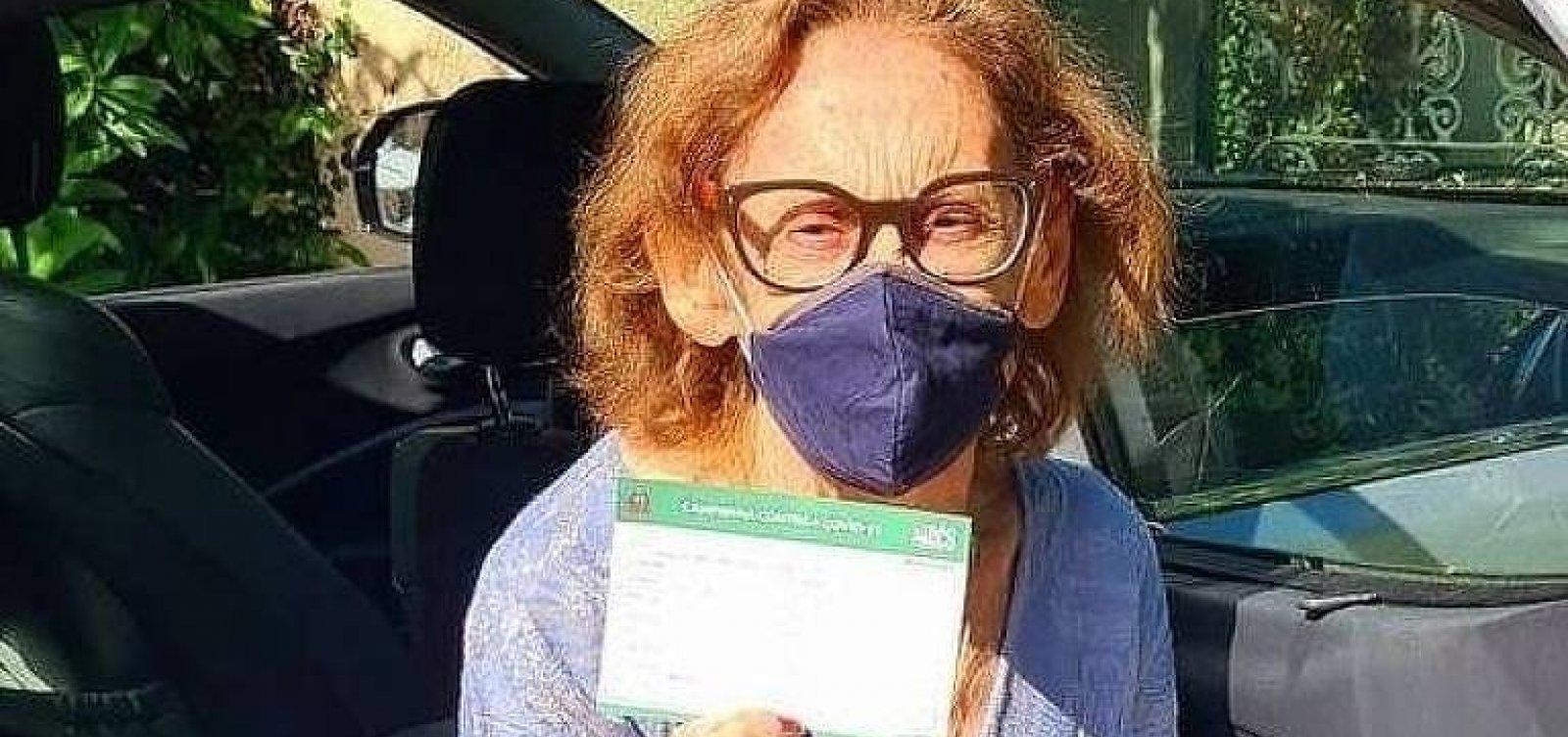 Atriz Laura Cardoso é vacinada e apela: 'Sigam as instruções médicas'