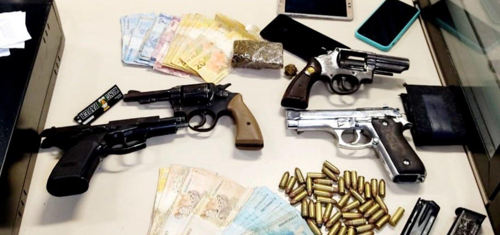 Operação da PM apreende dez armas, munições e drogas em Feira