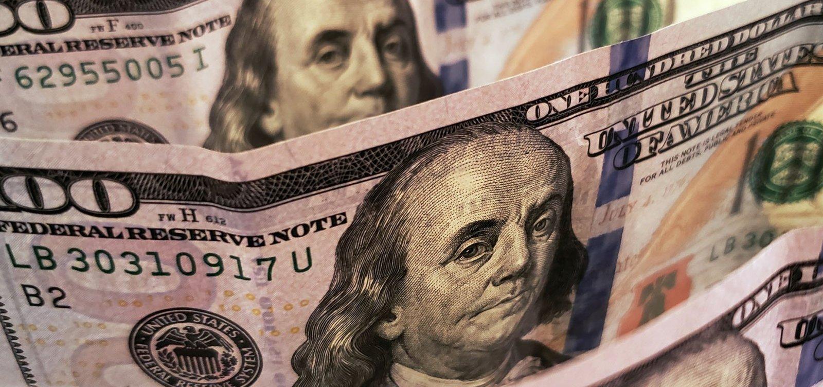 Dólar fecha em queda e inicia semana abaixo de R$ 5,40