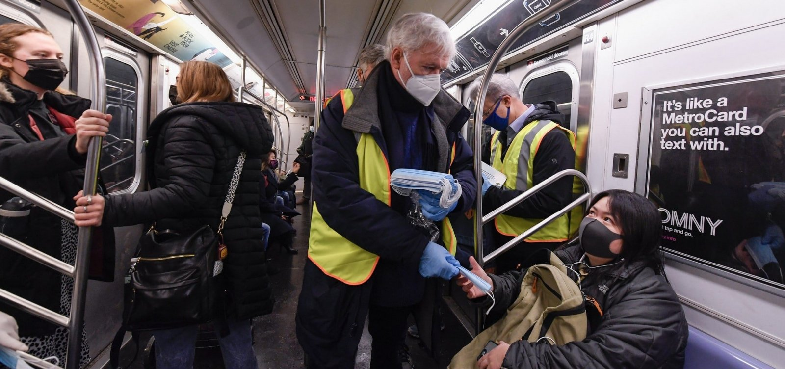 Uso de duas máscaras pode aumentar eficácia contra coronavírus, aponta estudo