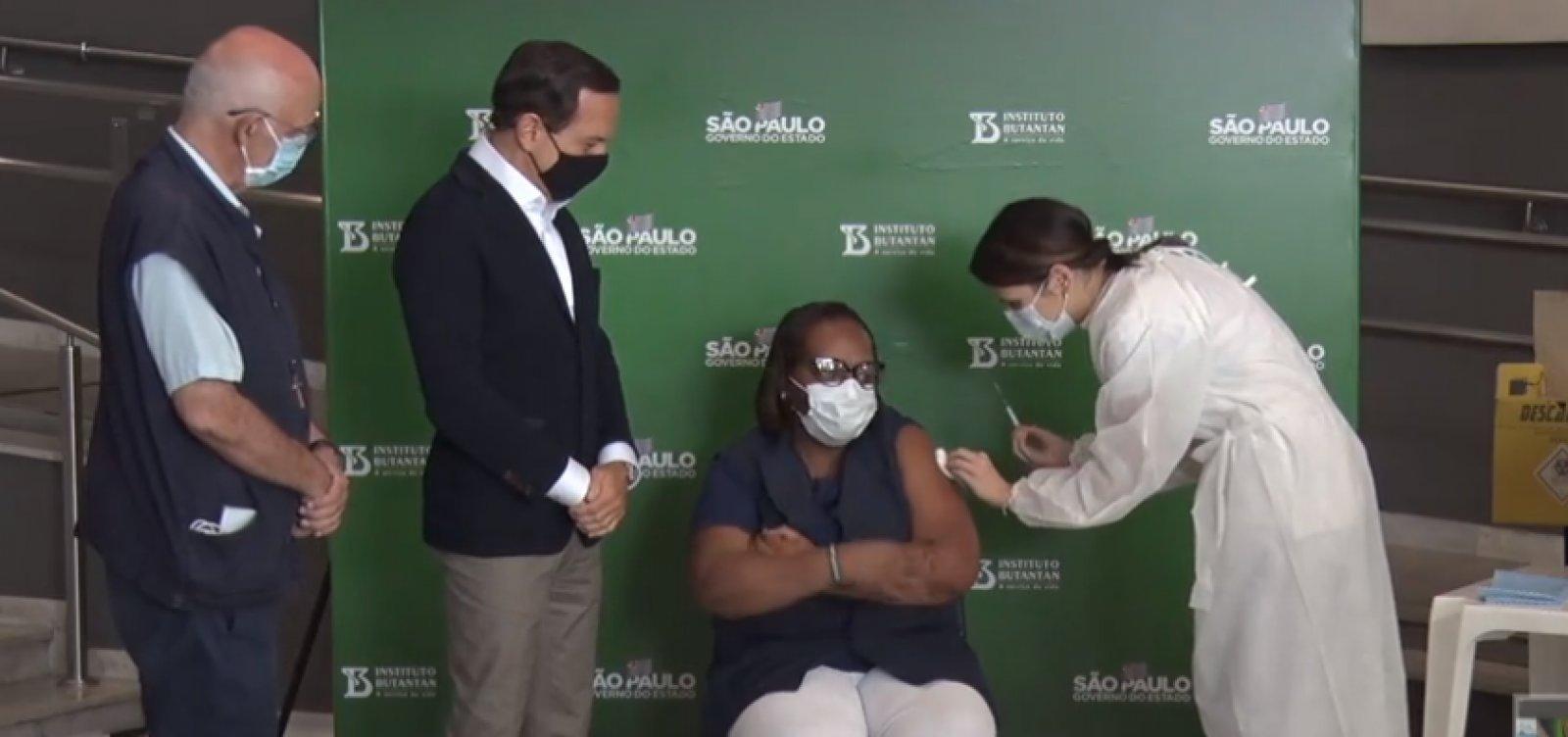 Primeira vacinada contra Covid-19 no Brasil recebe segunda dose em SP