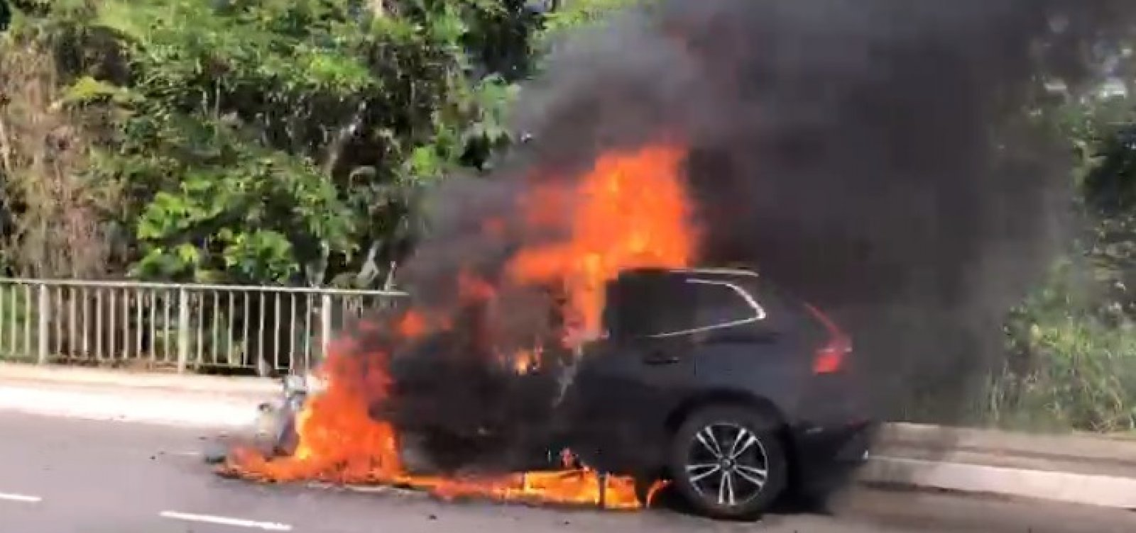 Carro pega fogo na Avenida Paralela; veja vídeo