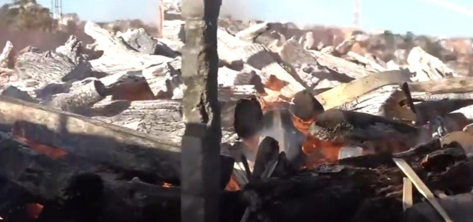 Incêndio atinge galpão de pallets no bairro de Valéria
