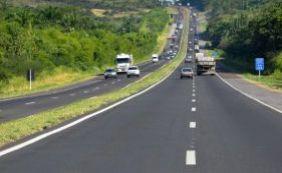Populares reclamam da falta d'água em Santo Estevão e bloqueiam BR-116