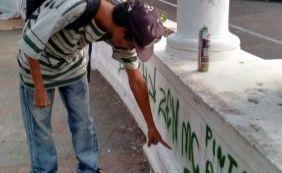 Homem é detido ao ser flagrado pichando monumentos históricos em Salvador