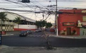 Você Repórter: poste danificado coloca pedestres em risco em Lauro de Freitas