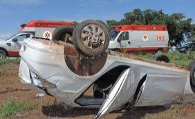 Carro com casal e criança capota na BR-242; mãe fica gravemente ferida