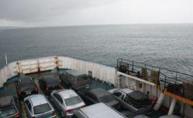Homem fica à deriva em caiaque e é resgatado por passageiros do ferryboat