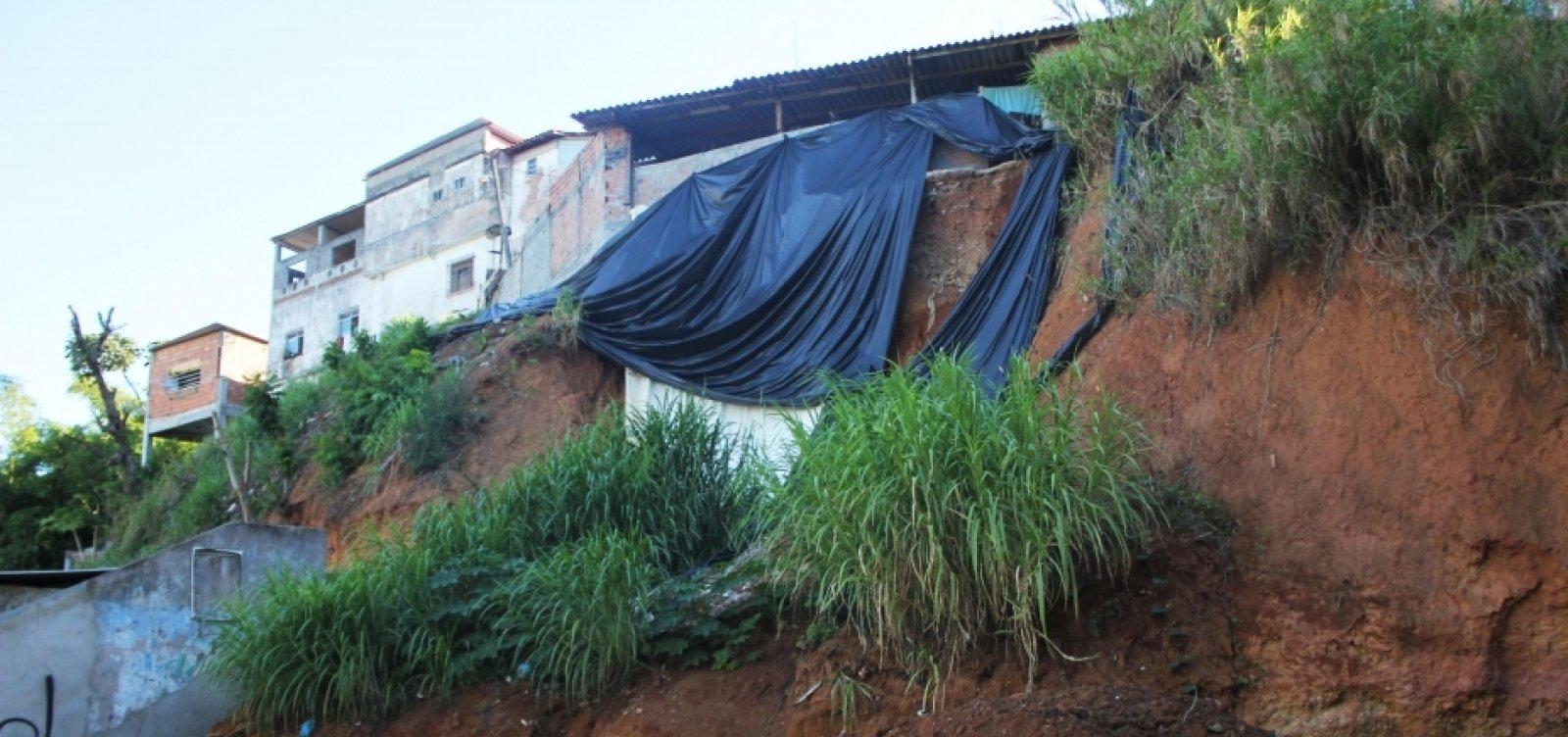 Sirenes de alerta para risco de desabamento e deslizamento de terra são acionadas no Alto da Terezinha