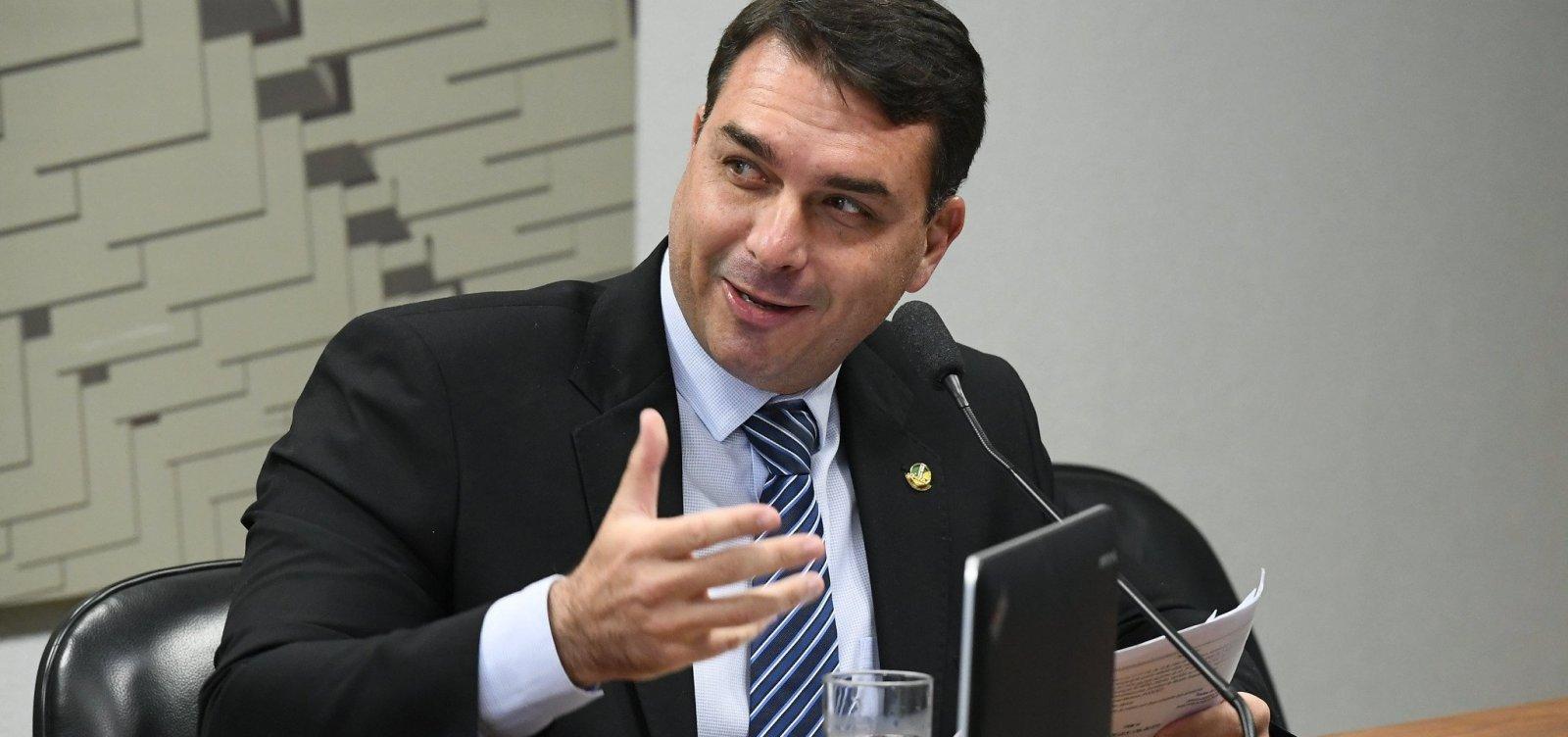 Secretário da Receita foi à casa de Flávio Bolsonaro para levar informações, diz revista
