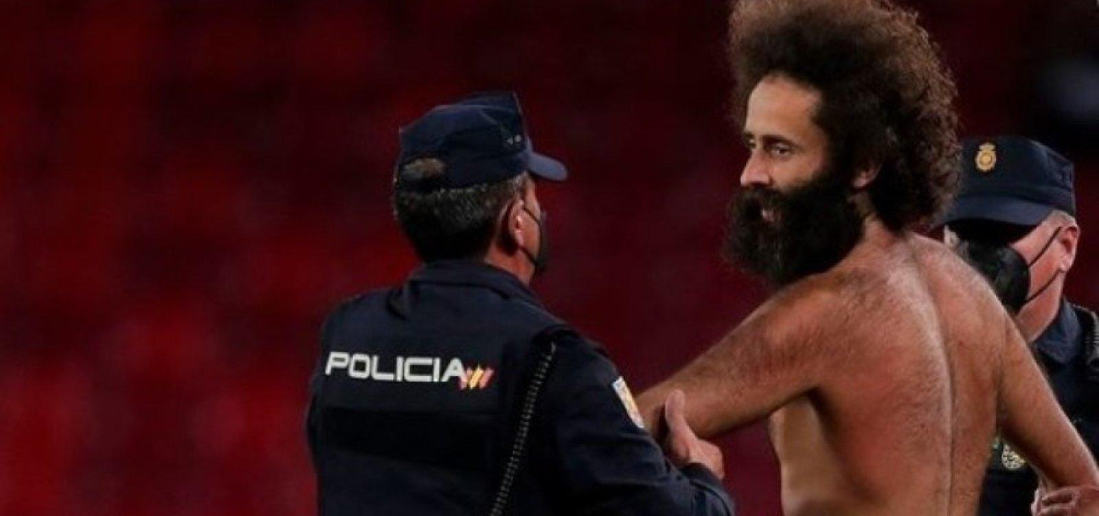 Homem nu invade campo em jogo entre Granada e Manchester United