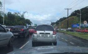 Colisão entre dois carros deixa uma pessoa ferida; confira trânsito na cidade
