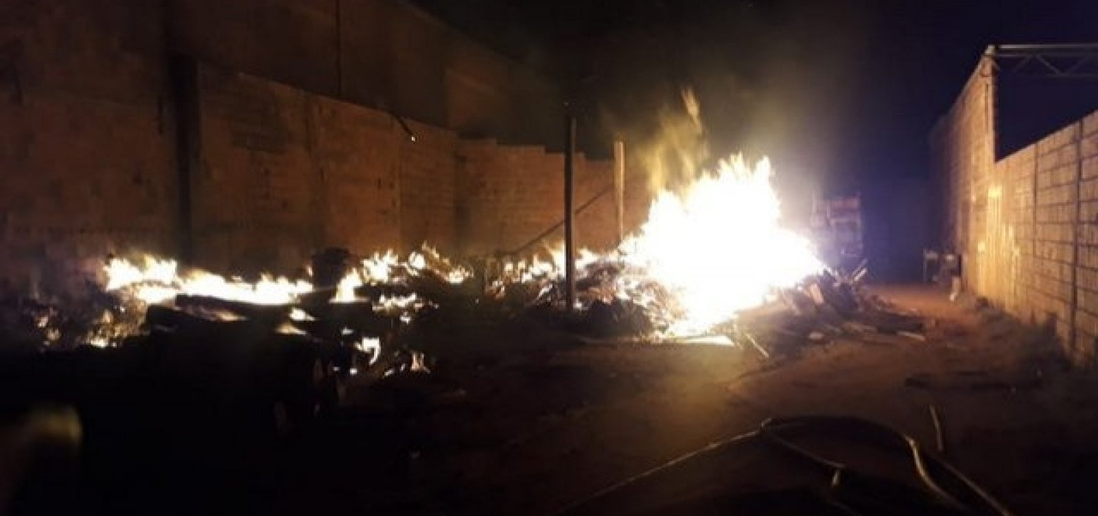 Guanambi: Corpo de Bombeiros controla incêndio em serraria