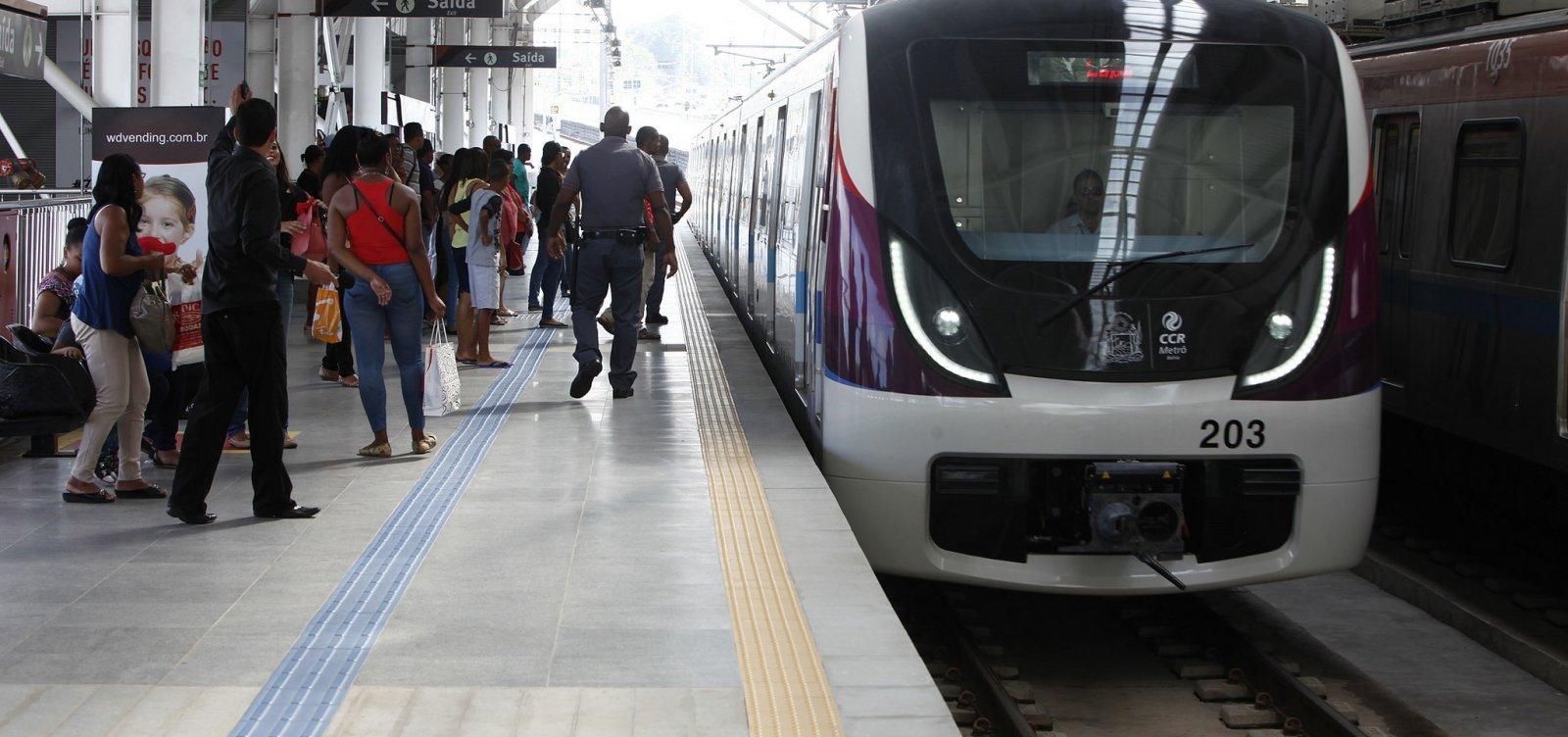 Metrô apresenta defeito e trem para entre estações