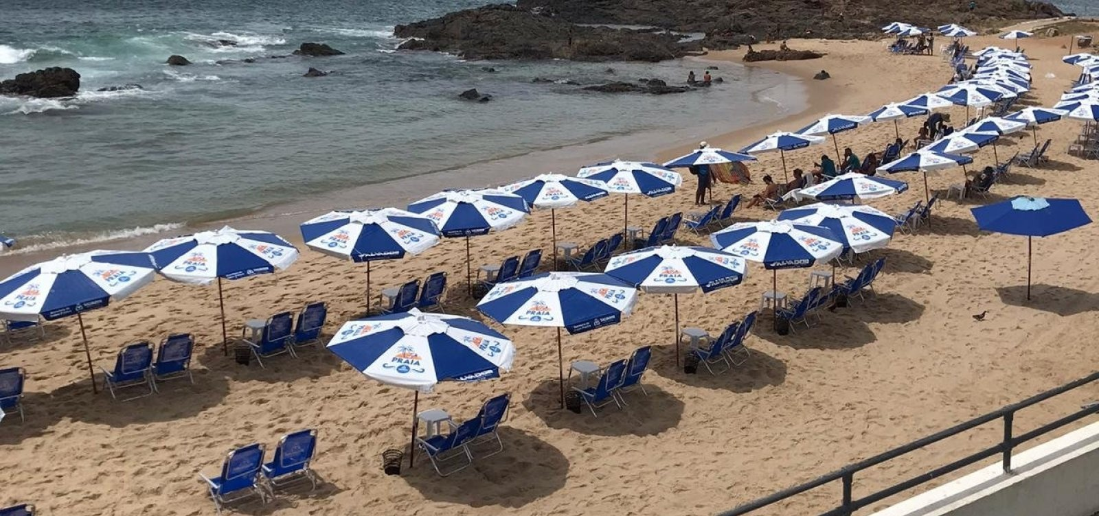 """Barraqueiros reclamam de praias fechadas em Salvador: """"nem recebemos mais cesta básica"""""""