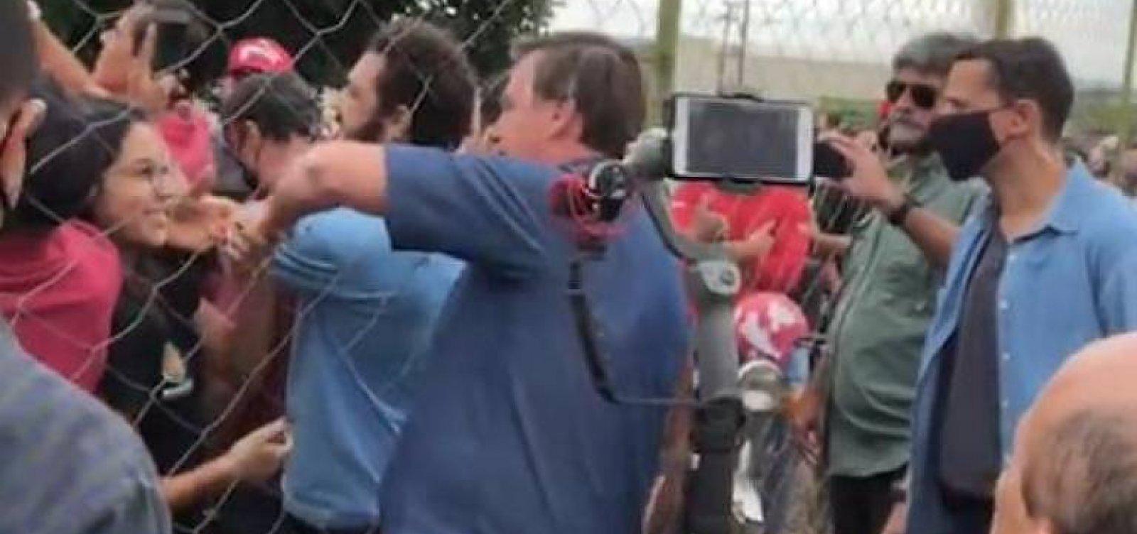 Sem máscara, Bolsonaro usa helicópteros oficiais fora da agenda e causa aglomeração em Goiás