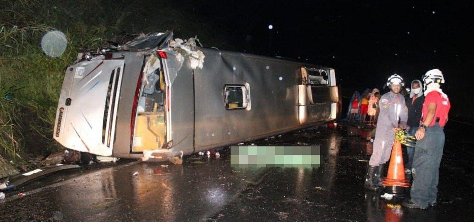 Ônibus capota na BR 020, no oeste da Bahia, e deixa um morto e 23 feridos